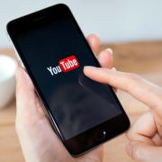 Aumenta o número de usuários que assistem vídeos no smartphones.