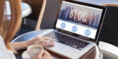 Mulher em frente ao notebook navegando em um blog